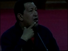 Hugo Chávez en medio de un apagón
