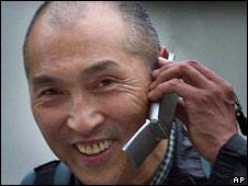 Japonés hablando por celular