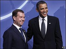 Barack Obama (dcha.) y Dmitri Medvedev