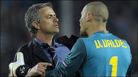 Jose Mourinho akimpa pole mlinda mlango wa Barcelona, Victor Valdes, baada ya Inter kufuzu.