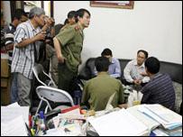 Công an làm việc tại tòa soạn báo Thanh Niên (ảnh VietnamNet)