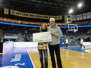 Scheckübergabe an Basketball Aid