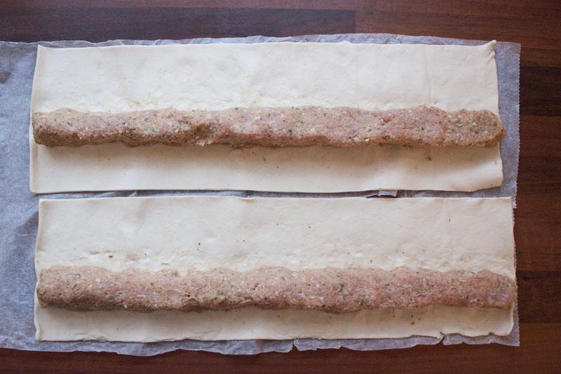Italiaanse saucijzenbroodjes - de vulling op het deeg