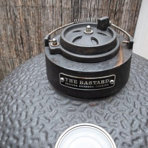 regeldop van een keramische barbecue