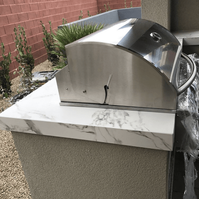 Close-up Side Profile of Summerset Sizzler 32 Inch Pro Series Built-in Barbecue Grill & Dekton Aura Counter-top Material