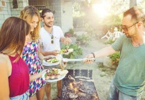 Custom Outdoor Kitchens: Entertain in Style
