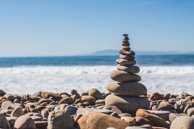 Steinsäule am Strand