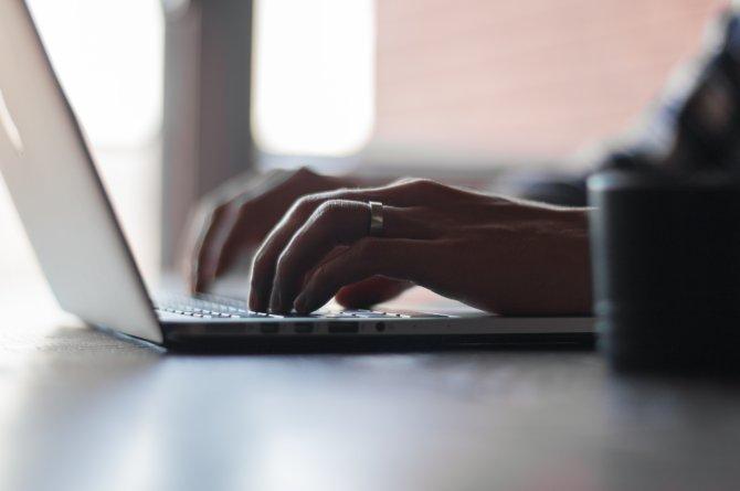 Laptop Haende auf Tastatur