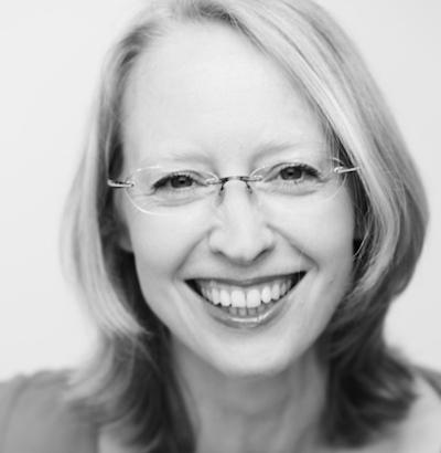 Porträtfoto von Isabella Hell, trägt Brille, schulterlange glatte blonde Haare