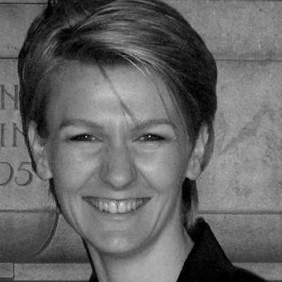 Porträtfoto von Sonja Katalinic, Kurze blond Haare, Lachendes Gesicht