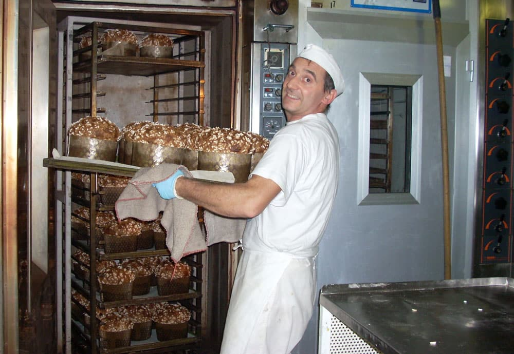 Panettoni in cottura di Beniamino Bazzoli pasticceria Odolo