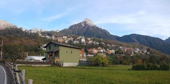 Montagne a oltre 1000 metri di altezza con prati verdi a Paspardo