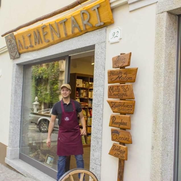 """Entrata del negozio """"Alimentari da Nello"""" situato a Bagolino"""