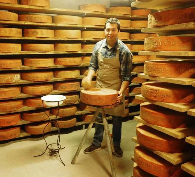 Andrea nella sua cantina dove viene stagionato il formaggio Bagoss