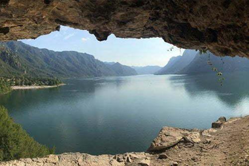 Le grotte del lago d'Idro affacciate sul lago