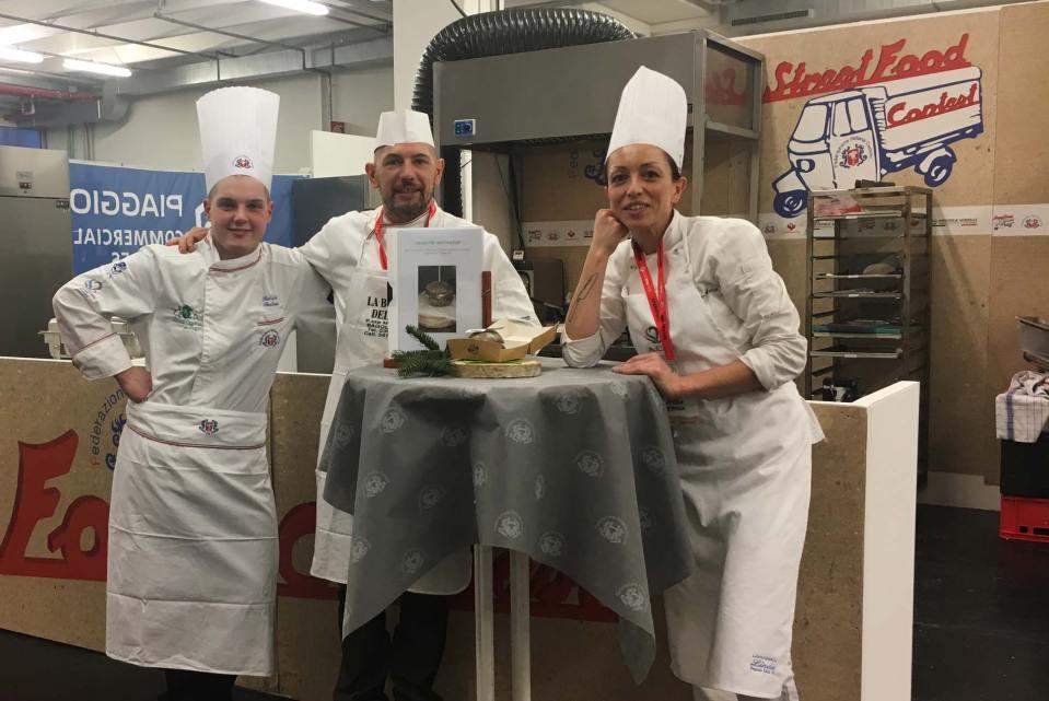 """Ambra Marca e il suo team con il panino """"Cornuto Selvaggio"""" concorso street food"""