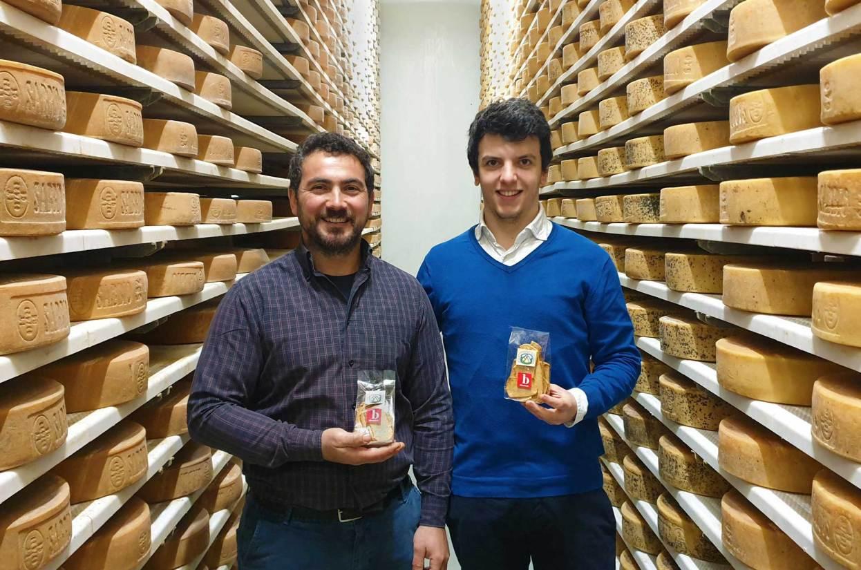 William Donini con Mattia Apostoli nelle celle di stagionatura del formaggio nostrano della Vallesabbia