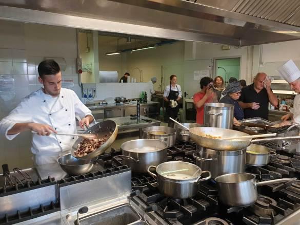 Preparazione dei piatti tipici per menu bresciano
