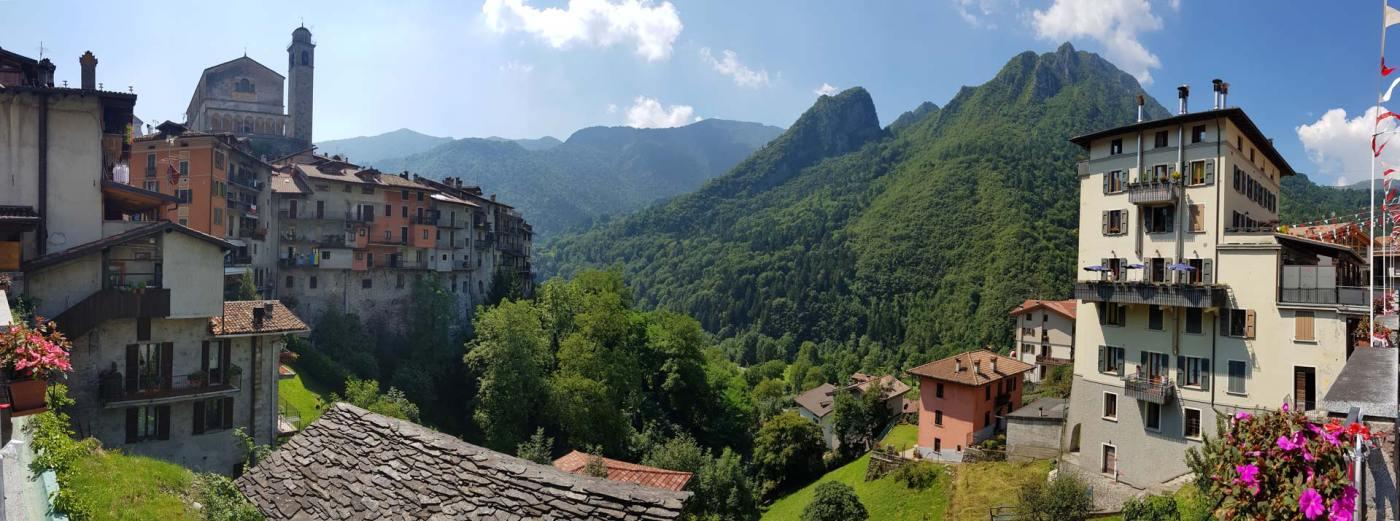 Panoramica del paese di Bagolino con chiesa sullo sfondo