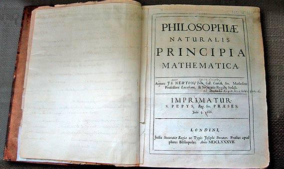 Primera copia de Isaac Newton de su Philosophiae Naturalis Principia Mathematica con sus correcciones escritas a mano para la segunda edición. La primera edición se publicó bajo la impronta de Samuel Pepys, que fue presidente de la Royal Society.