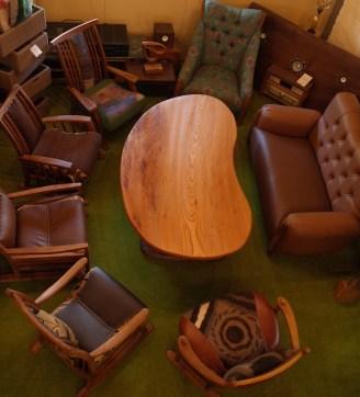 ゆったりした椅子でも8人囲めます。