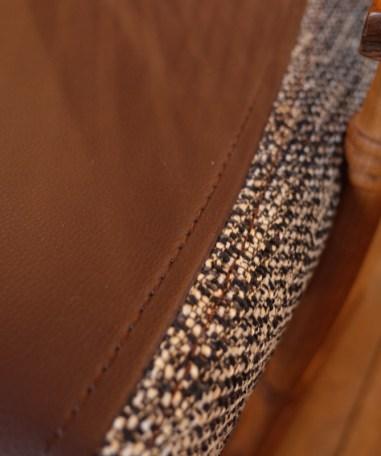 張地は濃茶のレザーとツイード調の布のシックな組合せ。