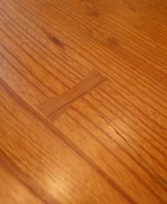 テーブルの端にワレが進行しないように「チギリ」が入っています。
