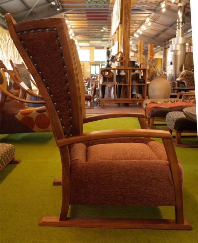 サイドウィングがついた、プレミアムバージョンの和椅子です。