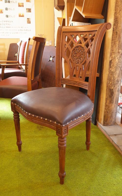 座面は本革、背には彫刻のチークの椅子。