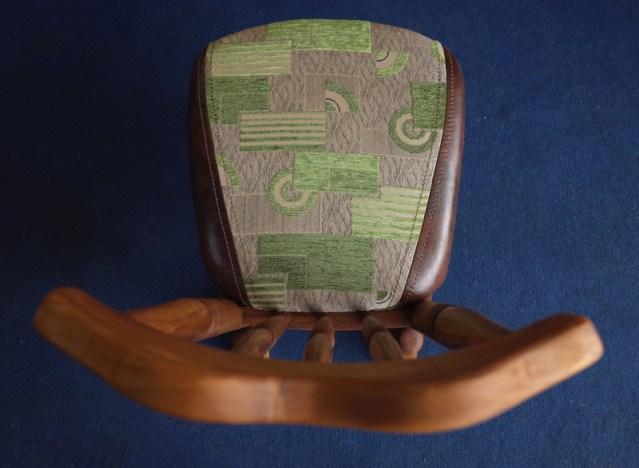 背のカーブが背を包み込んでくれる。座の奥行き46㎝。