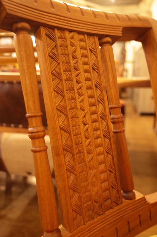 背の前後には手彫りの彫刻。手の込んだレトロな雰囲気の椅子です。