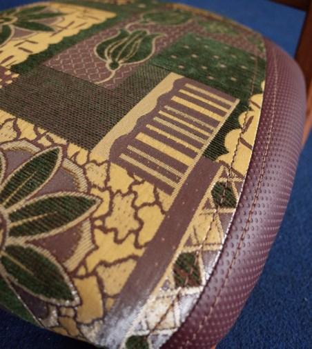 座面に花柄の布、サイドはエンボス加工のレザー。