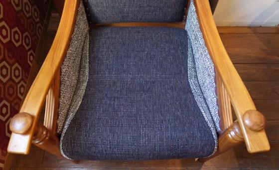 座面の奥行きは57㎝。ゆったりした座り心地。