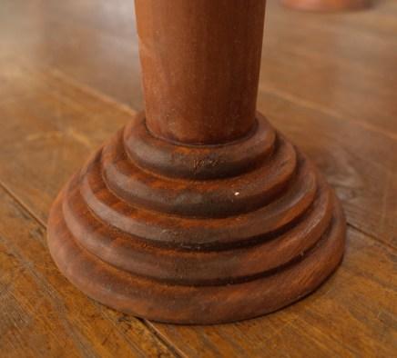 脚はくるくるの彫刻脚。