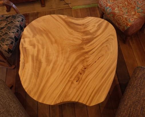 りんごのカタチのかわいらしいリビングテーブル。