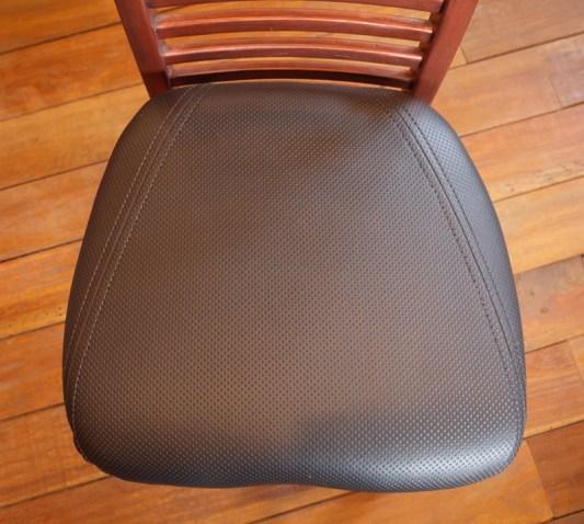 座面の奥行きは46㎝。ハート型の座面の中味は弾力性に優れたモールドウレタン。