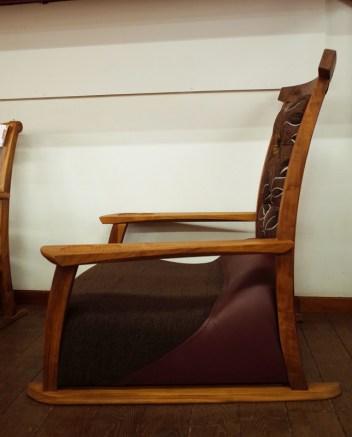 腰のところが膨らんでいる立体的な座面です。