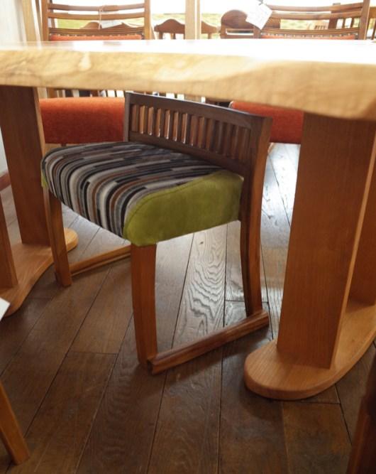 高さ52㎝なので、テーブルの下でオットマンとしても使えます。