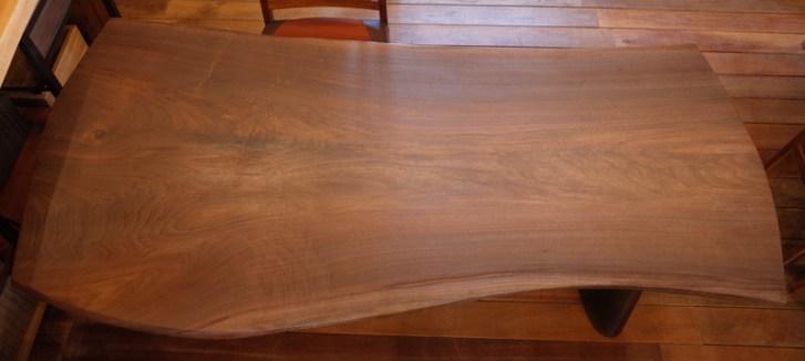 ゆったり4~6人で座れるウォールナット王道ダイニングテーブル。