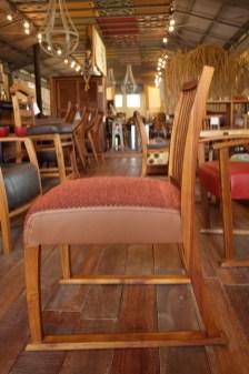 座面の奥行き44㎝。こぶりな食事椅子。