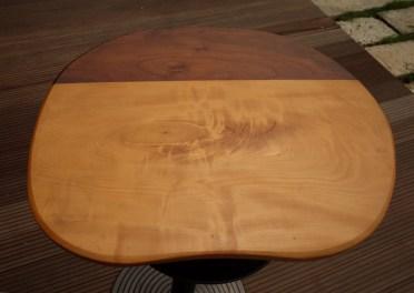 ウォールナットとトチの2種類を使った彩りテーブル。
