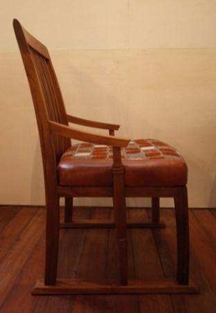 座面の中には7㎝厚のモールドウレタンを使用。硬めの座り心地。