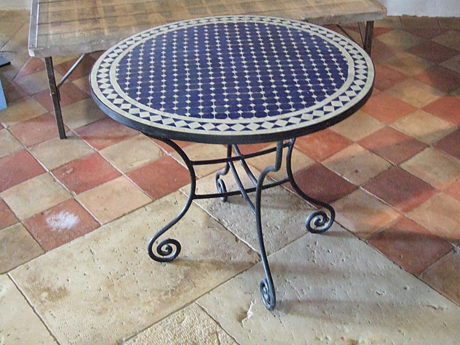table ronde en fer forge et mosaique