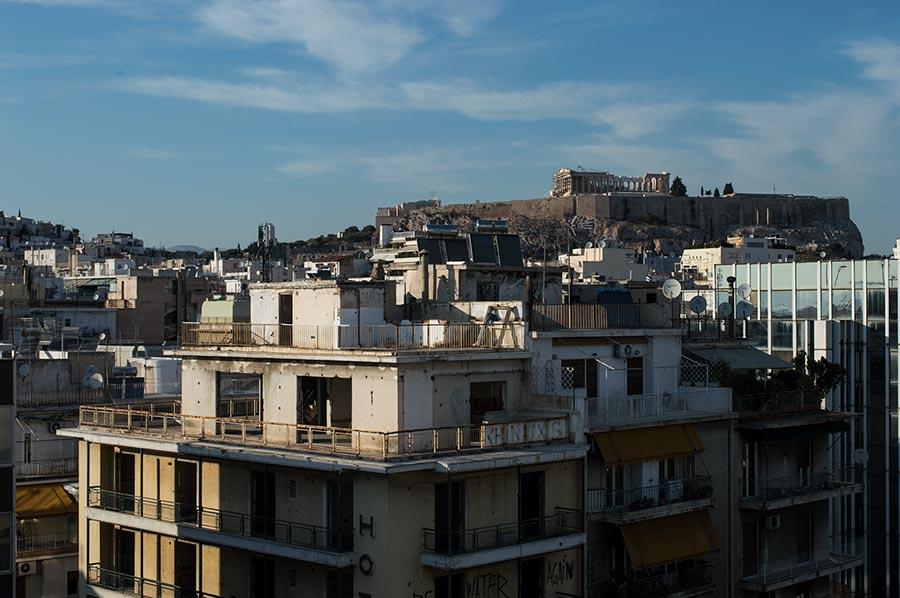 Ruinas clásicas y contemporáneas en Atenas