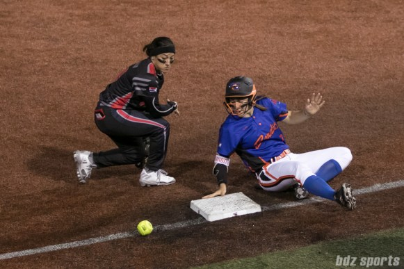 Chicago Bandits outfielder Danielle Zymkowitz (7) is safe at third base.