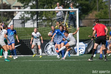 North Carolina Courage midfielder Debinha (10) takes a shot from the top of the 18-yard box.