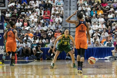 Seattle Storm guard Sue Bird (10) prepares to defend against Connecticut Sun guard Jasmine Thomas (5).