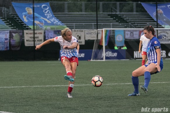 Chicago Red Stars midfielder Alyssa Mautz (4) sends a pass up the line.