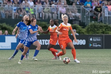 Boston Breakers midfielder Amanda DaCosta (5) challenges Houston Dash forward Rachel Daly (3)