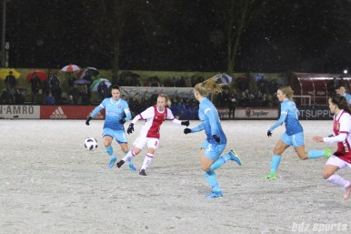 Ajax midfielder Inessa Kaagman (8) plays a through ball